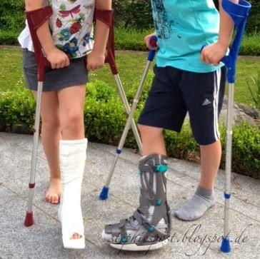 Kinder mit Gips und Orthese