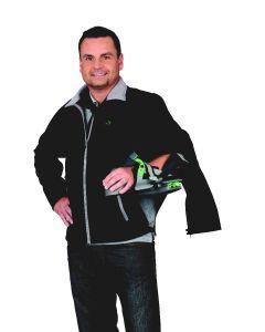 Ein Mann mit angelegter ADVAGOshoulder Orthese und der für die Orthese geöffneten Softshell Jacke