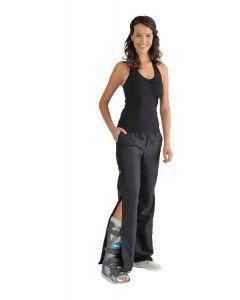 Frau trägt einen VACOped und die passende schwarze Komforthose