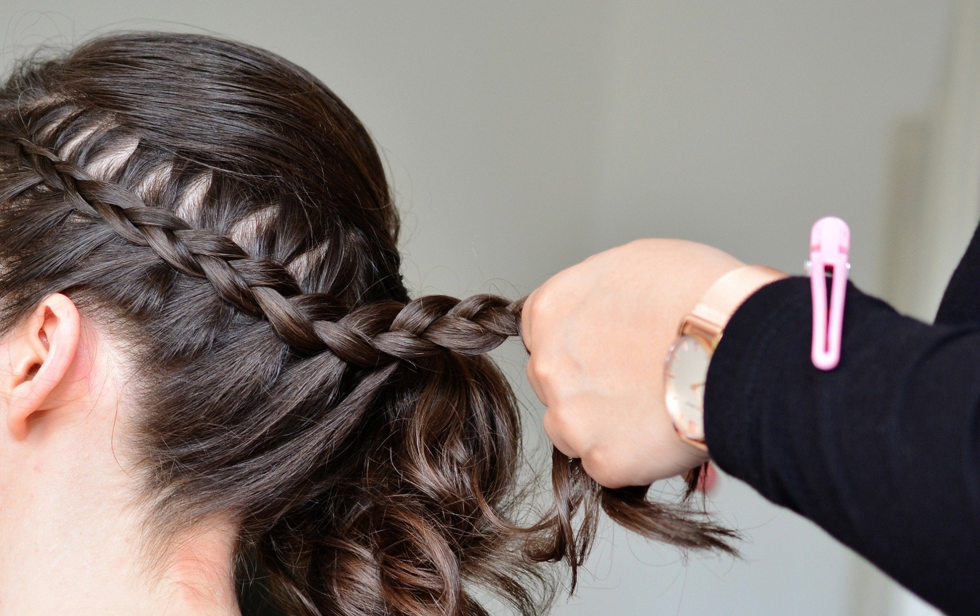 Haare stylen mit Gipsarm